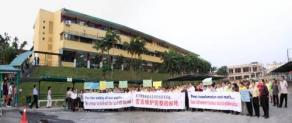 逾百名家長及董家教成員舉行和平請願,誓言要捍衛校園。(圖:星洲日報)